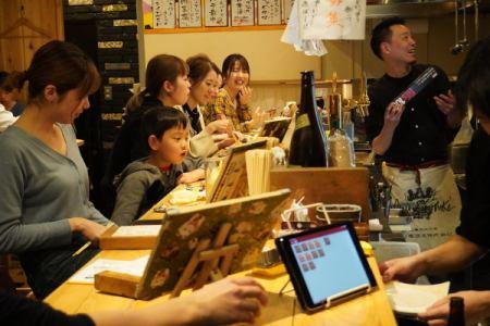[アルバイト・パート]飲食店のホールスタッフ  福岡市中央区大名で毎日賑わっている焼鳥店のホールスタッフ。 時給1000円で22時以降1250円。 学生アルバイトさんもいれば、多くの社会経験をもつ社員が多数いますので、時給以上に学べることが沢山あります。の画像2