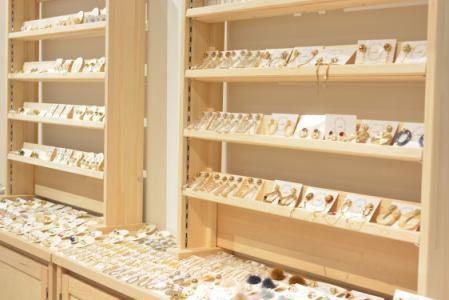 [アルバイト・パート]販売・ショップスタッフ(アパレル・ファッション) ハンドメイドアクセサリー雑貨のご案内スタッフ