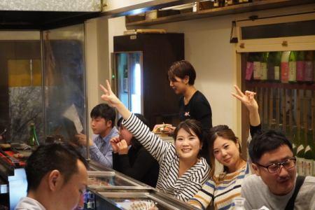 [アルバイト・パート]飲食店のホールスタッフ  福岡市中央区大名で毎日賑わっている焼鳥店のホールスタッフ。 時給1000円で22時以降1250円。 学生アルバイトさんもいれば、多くの社会経験をもつ社員が多数いますので、時給以上に学べることが沢山あります。