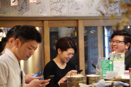 [アルバイト・パート]飲食店のホールスタッフ  福岡市中央区大名で毎日賑わっている焼鳥店のホールスタッフ。 時給1000円で22時以降1250円。 学生アルバイトさんもいれば、多くの社会経験をもつ社員が多数いますので、時給以上に学べることが沢山あります。の画像4